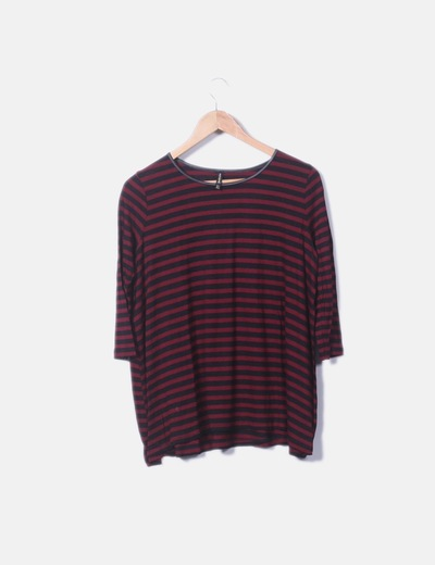 Camiseta fluida roja con rayas