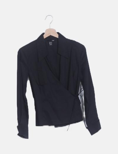 Camisa negra cruzada