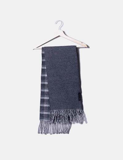 Bufanda gris con flecos