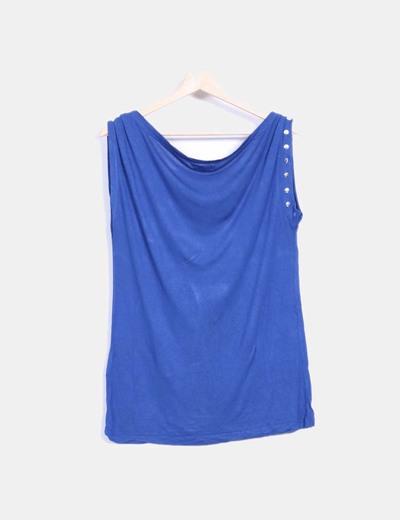 Camiseta azul con tachas