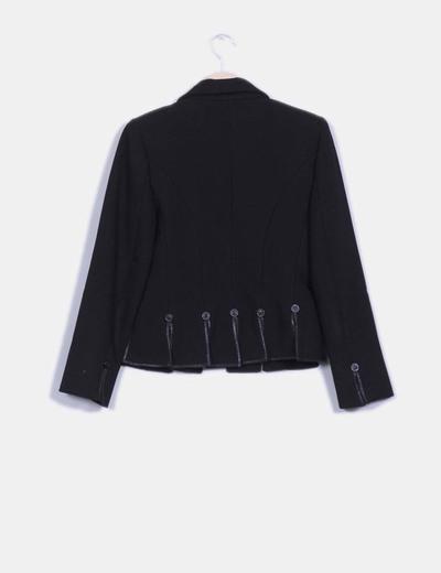 Chaqueta blazer negra texturizada detalle aberturas