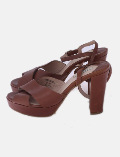 Sandalia marrón de tacón