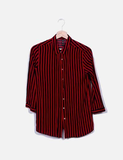 Camisa roja y negra de rayas