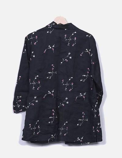 Camisa negra con bordado floral