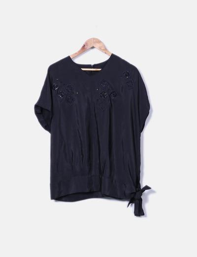 Blusa negra satinada con bordados NoName