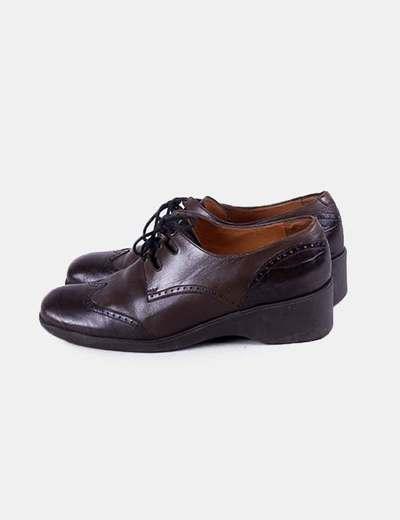 Zapato marrón acordonado