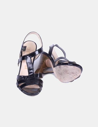 Sandalia negra destalonada