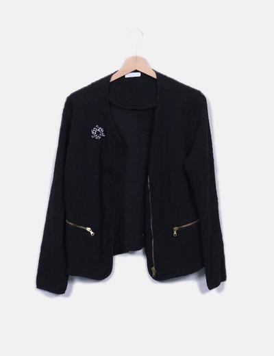 Chaqueta texturizada negra detalle broche Promod
