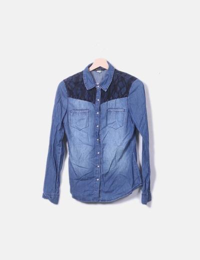 Camisa jeans combinada com renda Bershka