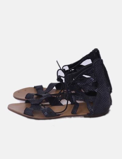 Sandalia negra abotinada con tiras