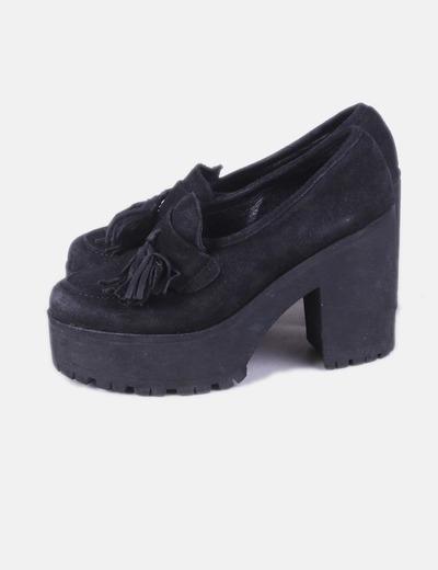 Zapato ante negro con borlas
