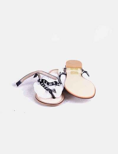 Sandalias negras acharoladas con pedreria