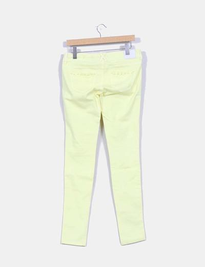 Pantalon pitillo amarillo lima detalles tachuelas bolsillos