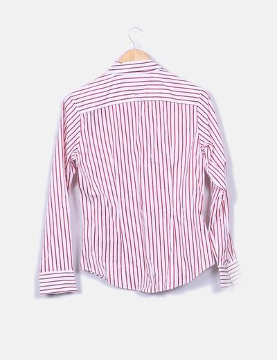 Camisa blanca con rayas rojas
