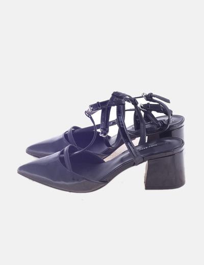Sandalia negra destalonada con tacón