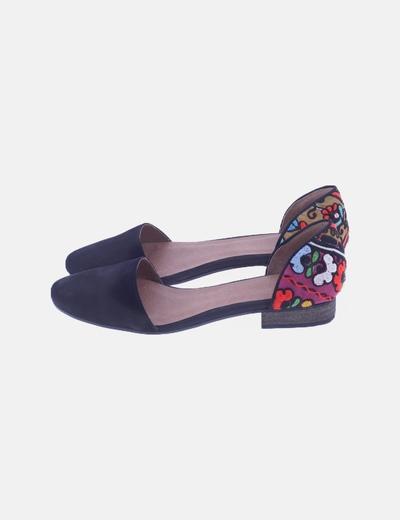 Zapato plano negro detalle étnico