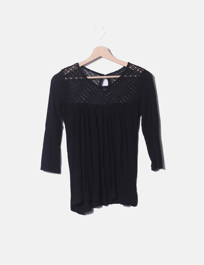 Blusa negra combinada con crochet Primark