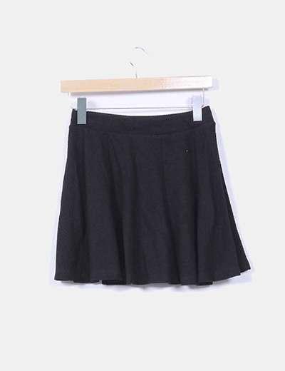 Falda negra evase texturizada
