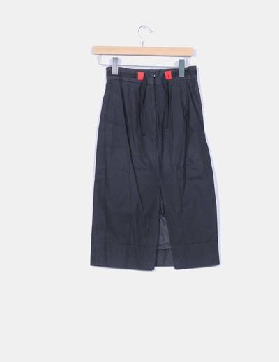Falda negra con abertura trasera