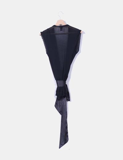 Chaleco negro con lazo