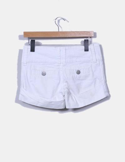 Short blanco con dobladillo