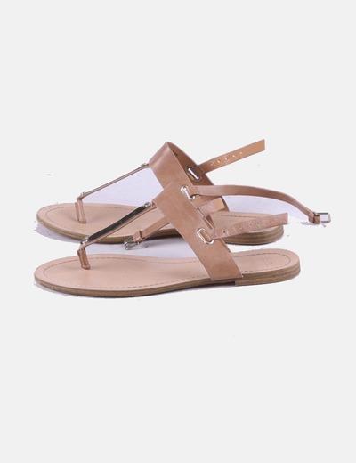 Sandalia beige detalle metálico