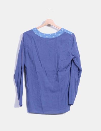 Blusa azul manga larga con bordado