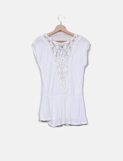 Camiseta blanca con crochet y cinturilla