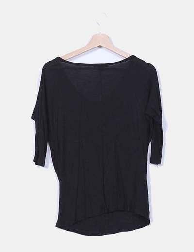 Camiseta negra escote capa