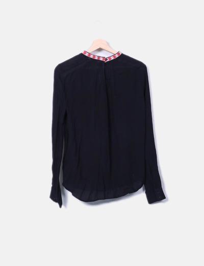 Blusa negra con bordado bicolor