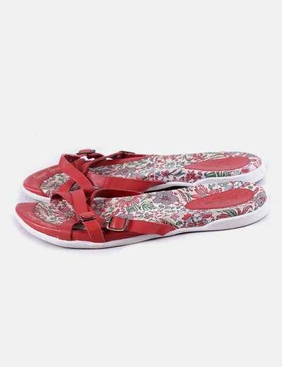 Sandalia roja tiras con hebilla