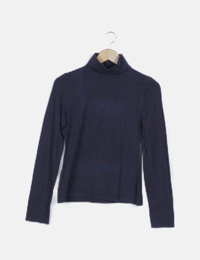 Camiseta azul marino cuello cisne