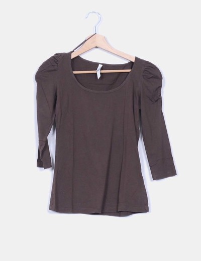 Top basic marrón hombros abullonados Stradivarius