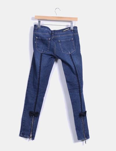 Jeans pitillo detalle lazo