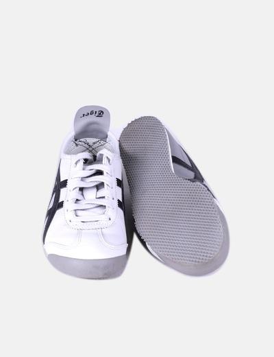 Zapatilla gris y negra acordonada