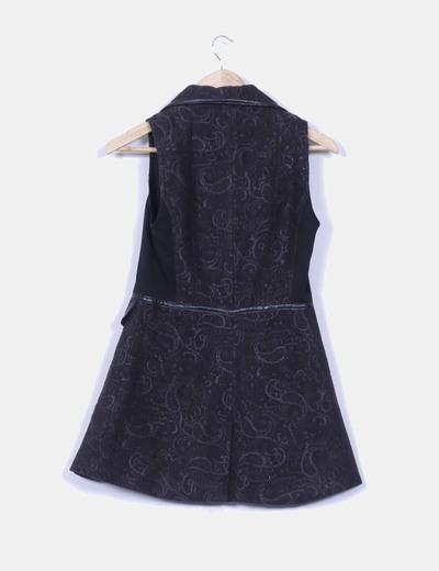 Chaleco negro combinado y bordado con doble botonadura