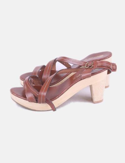 Sandalia de cuero marrón
