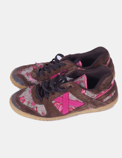 Chaussures marrons de sport avec fleurs roses Munich