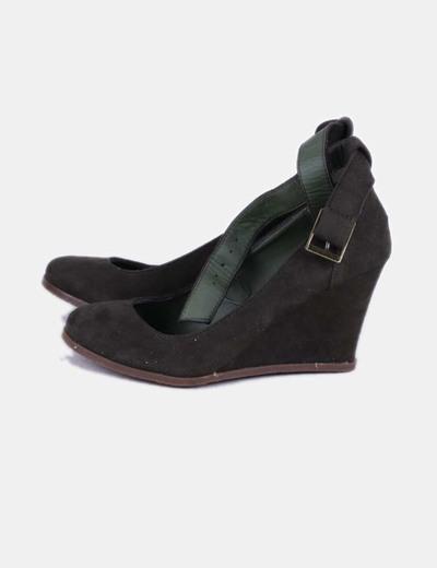 Cuña kaki antelina con pulsera Marypaz