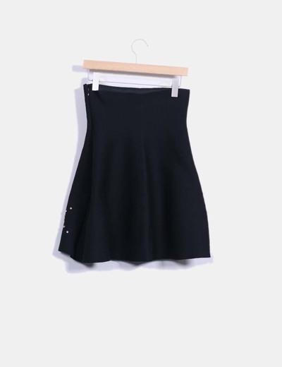 Falda midi negra combinada con pedreria