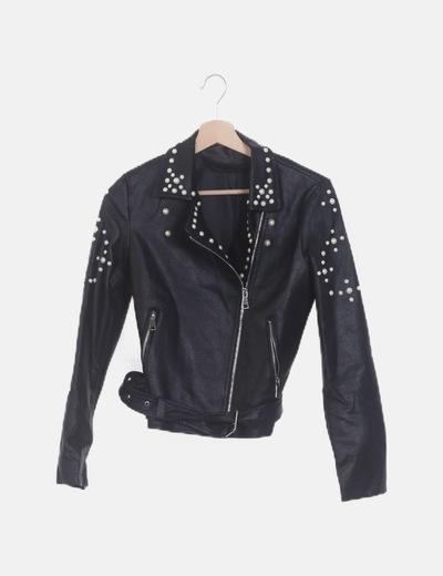 Cazadora biker polipiel negra con perlas