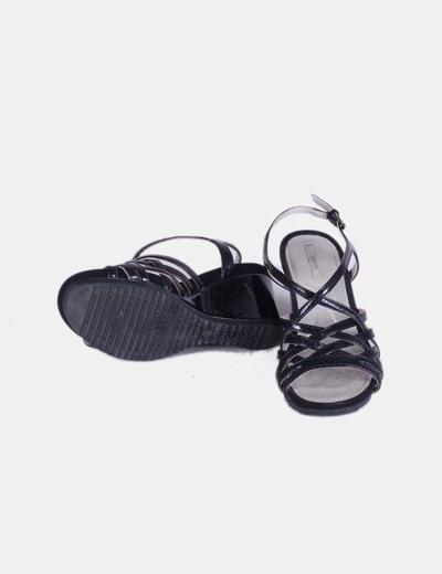 Sandalia negra de tiras acharolada