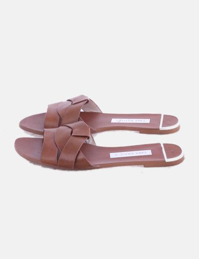 Sandalia plana marrón