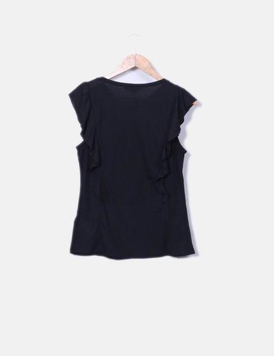 Camiseta negra detalle volantes