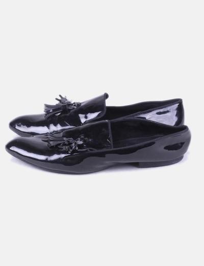 Zapato negro acharolado flecos