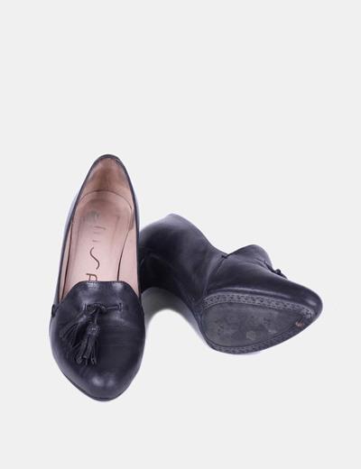 Zapato negro cerrado detalle delantero