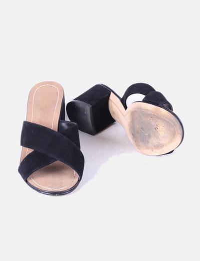 Sandalia de tacon destalonada de ante negra