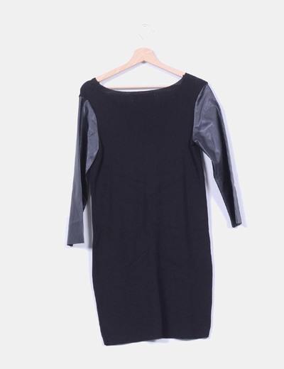Vestido negro de punto con mangas de polipiel