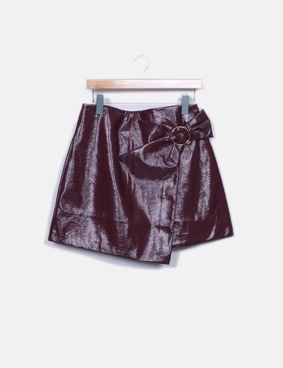 Falda plástica burdeos con hebilla
