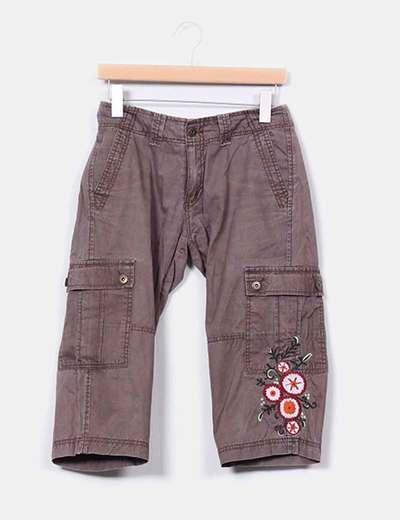 Pantalón pirata marrón efecto desgastado con flores Individual Woman